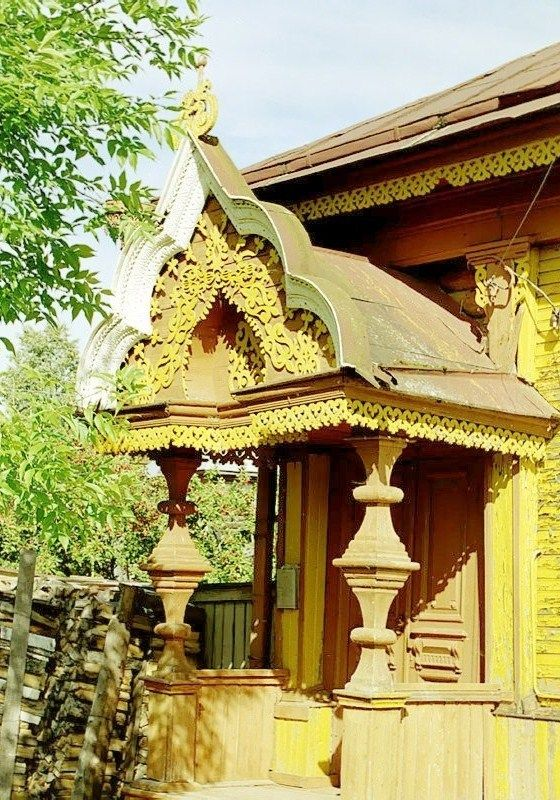 Russian wooden house. Carved decorations of the entrance.