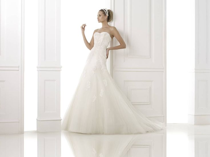Bimba esküvői ruha - Pronovias 2015 kollekció - Esküvői ruha szalon - Menyasszonyi ruha kölcsönzés http://lamariee.hu/eskuvoi-ruha/pronovias-pre-collection-2015/bimba