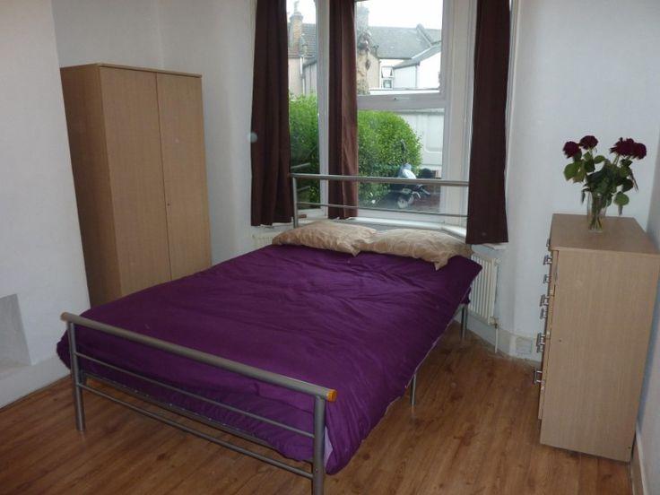 Single bed in a twin room near Leyton in London, Leytonstone E11, Zone 3