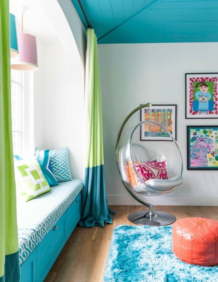 idée-couleur-chambre-chaise-oeuf-banc-fenêtre-peintures-pouf-orange-rideaux-vert-et-bleu-plafond-turquoise