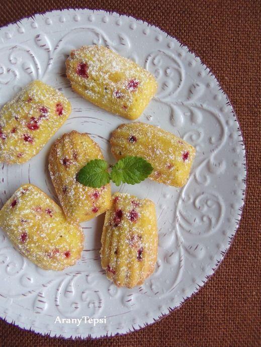 Már rég megvannak ezek az apró süti formák, de eddig a fiókban porosodtak. Előkerestem és a kedvenc gyümölcsömmel, mégpedig ribizlivel ...