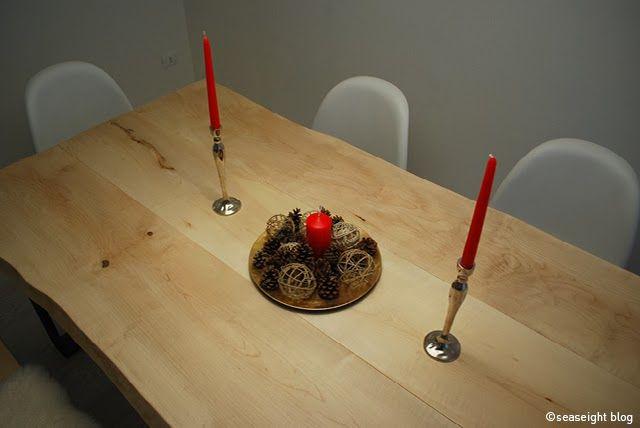 Dining Room / Sala da pranzo. Raw wood table / tavolo legno grezzo. Christmas decor / Decorazioni Natale. Panton Chair. ©Seaseight Blogger House http://seaseight.blogspot.it/2014/01/my-new-house-chronicle-lampadario-flos.html