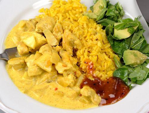 Enkel kycklingcurry gryta med kycklingfilé i currysås. Servera med råris, basmatiris eller jasminris kokt med liter gurkmeja (som är nyttigt).