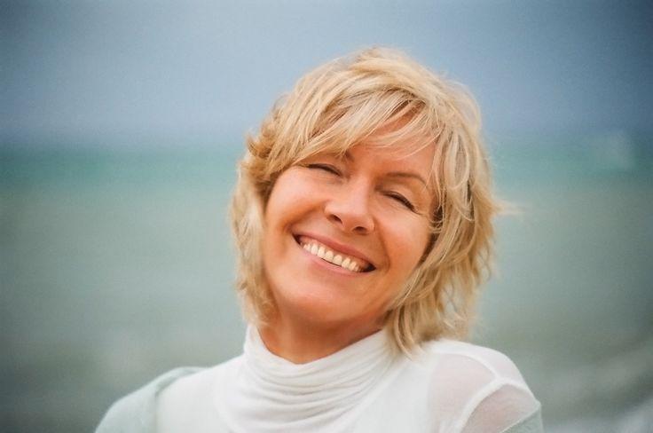Poprzednia5 z 5NastępnaUżyj klawiszy ← → (strzałek) aby nawigować Na zdjęciach z tych warsztatów widziałam wiele kobiet, w różnym wieku. Co je sprowadza do Ciebie? Chęć podniesienia jakości swojego życia przez lepsze zdrowie i dobre samopoczucie. To są warsztaty profilaktyki zdrowia. Nie przyjmuję osób chorych. Przyjeżdżają więc kobiety, które chcą się toksyn pozbyć, bo rozumieją …