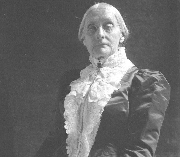 Susan B. Anthony nasceu em 1820, e era ativista pelos direitos das mulheres desde adolescente. Quando adulta, se juntou com Elizabeth Cady Stanton e se tornaram grandes líderes do movimento sufragista, que culminaria com a 19ª emenda, que garantiria o voto feminino.