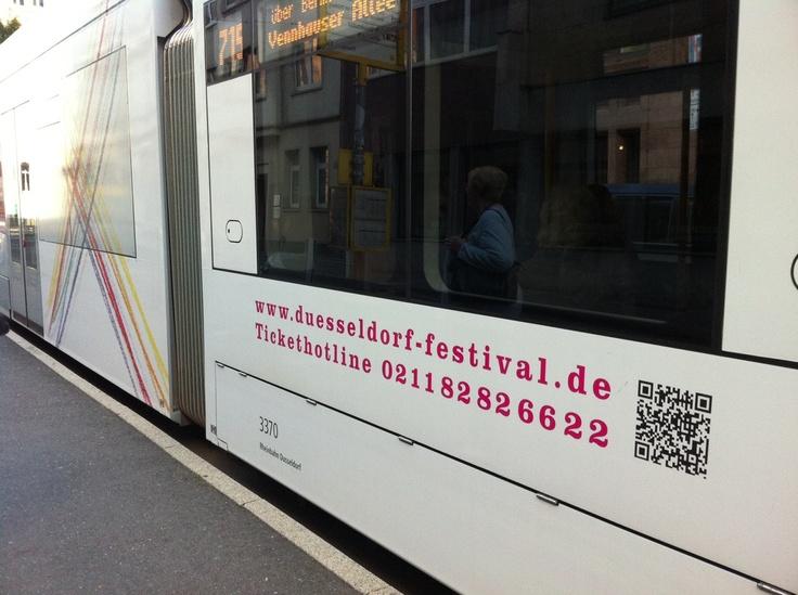 QR-Code zum Düsseldorf-Festival auf den Straßenbahnen.