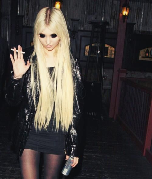 taylor momsen .. love her hair and style !!