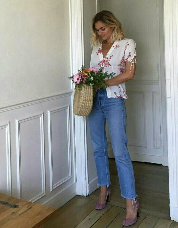 Calça jeans cropped deixando tornozelos à mostra com estilo