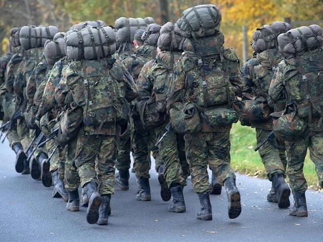 Soldaten in der Grundausbildung marschieren.