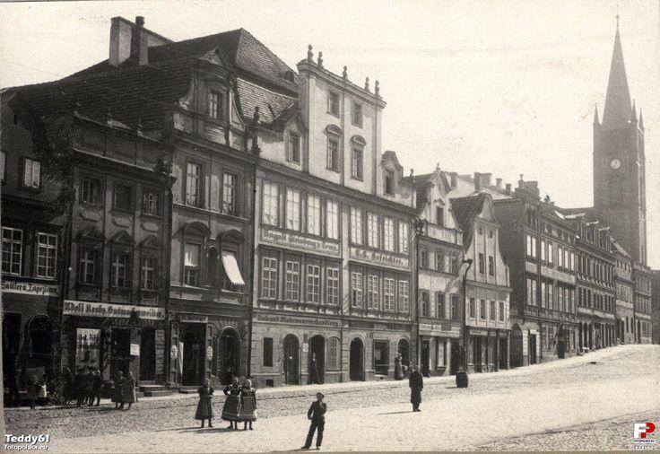 Niemcza Lata 1900-1910 , Kamienica nr 35 i 36 przed przebudową, która nastąpiła ok. 1910 roku. Warto zwrócić uwagę na wspólny dla obydwu kamienic barokowy szczyt. Zdjęcie z ok. 1905 roku wykonane przez niemczańskiego fotografa Maxa Schillera.