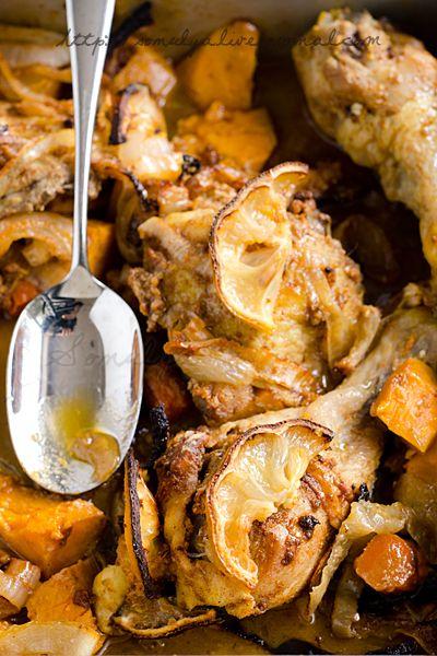 Курица по-перуански 1 1/2 ч.л оливкового масла 1 1/2 ст.л паприки  1 ст.л молотой зиры 1 1/4 ч.л черного перца 1/2 ч.л корицы 5 зубчиков чеснока 2 ст.л белого винного уксуса 1 ч.л меда, соль 2 больших луковицы 2 болгарских перца 3 батата 2 моркови 1 лимон 1 курица Смешать все специи и уксус, натереть курицу. Мариновать не менее часа. Смешать лук со смесью специй. На дно глубокой формы выложить морковь и батат, затем курицу, лук и перец, ломтики лимона. Запекать духовке (220С) 45 мин