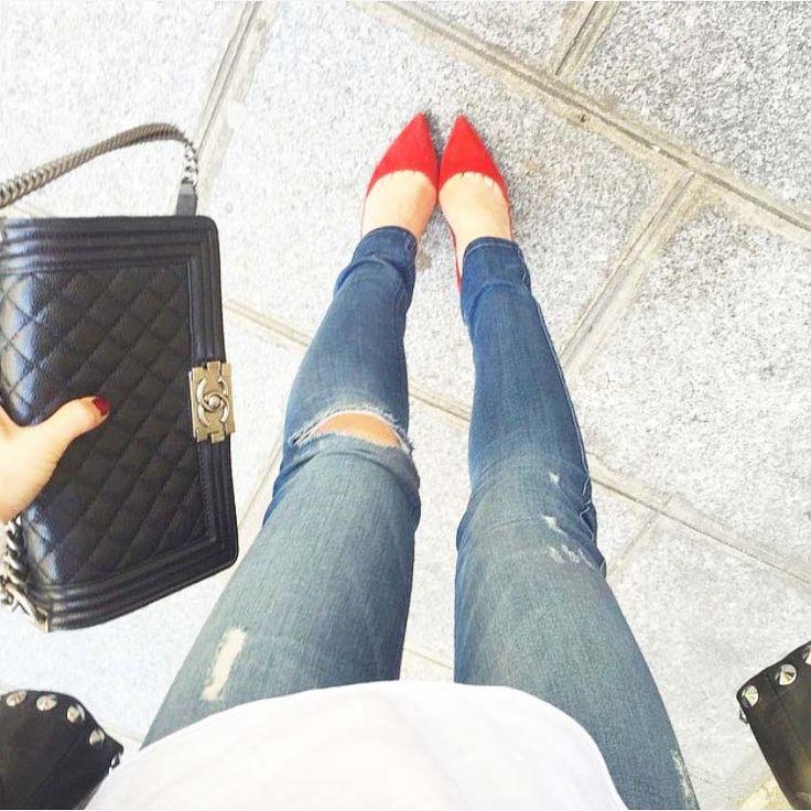 Ломаете голову, что одеть на субботнюю вечеринку? Все просто: рваные скинни, белая блуза, красные туфли и черная сумка. Ключевое – как сидят джинсы. Подобрать себе модные джинсы с идеальной посадкой именитых американских брендов 7 For All Mankind, DL1961 Premium Denim, Joe's, Black Orchid вы сможете в JiST или на jist.ua теперь еще и со скидкой до 70%.