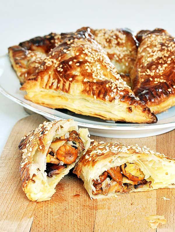 Francuskie rożki z kurkami, ciasto francuskie z grzybami, kurki, grzyby, http://najsmaczniejsze.pl #food #grzyby #przekąska