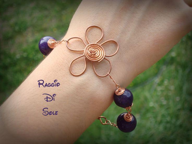 Bracciale realizzato con pietre viola e fiore in filo di rame.  #bracciale #wire #rame #viola #handmade