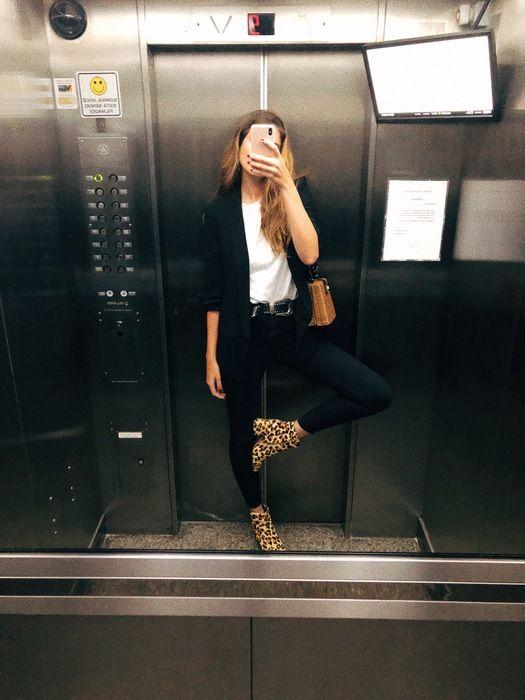 5ced0da53 Manuela Bordasch - camiseta-branca-blazer-preto-calca-preta-bota-oncinha -  animal print - verão - street style