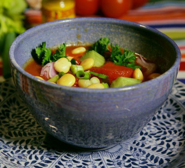 Lupinebonen zitten vol vezels en eiwitten en zijn niet vet. Het recept voor een maaltijdsoep met tomaat, groente en lupinebonen (andere peulvruchten mogen ook): http://www.slowfoodies.nl/gezond/soepweer-maaltijdsoep/