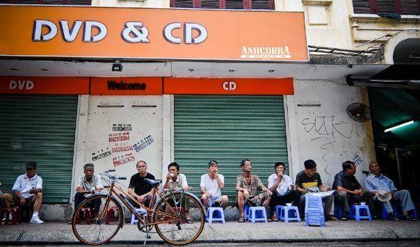 Solo alcune sedie di plastica, alcune tazze di caffè e che è sufficiente per creare un posto per le persone a venire a godere di caffè caldo.