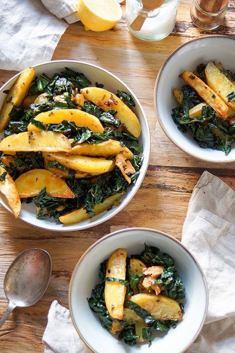 knusprige Kartoffelecken mit Schwarzkohl und Salbei  Salbei Kartoffelecken mit Schwarzkohl ist eine aromareiche und nährstoffreiche Beilage. Schwarzkohl wird auch Palmkohl genannt und kann durch Mangold ersetzt werden. Auf jeden Fall ist es ein leckeres, natürlich veganes und glutenfreies Rezept.