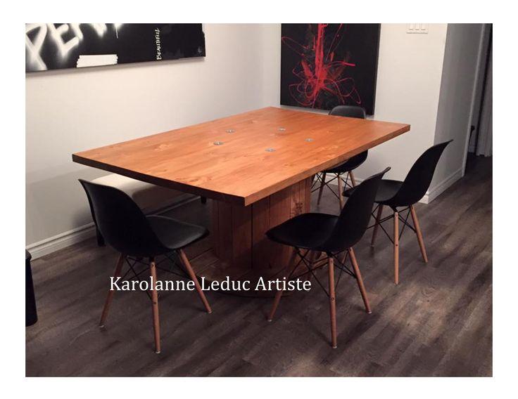 Table fait avec un bobine électrique (coil) avec chaises eiffel Toiles abstraites noir et rouge disponible