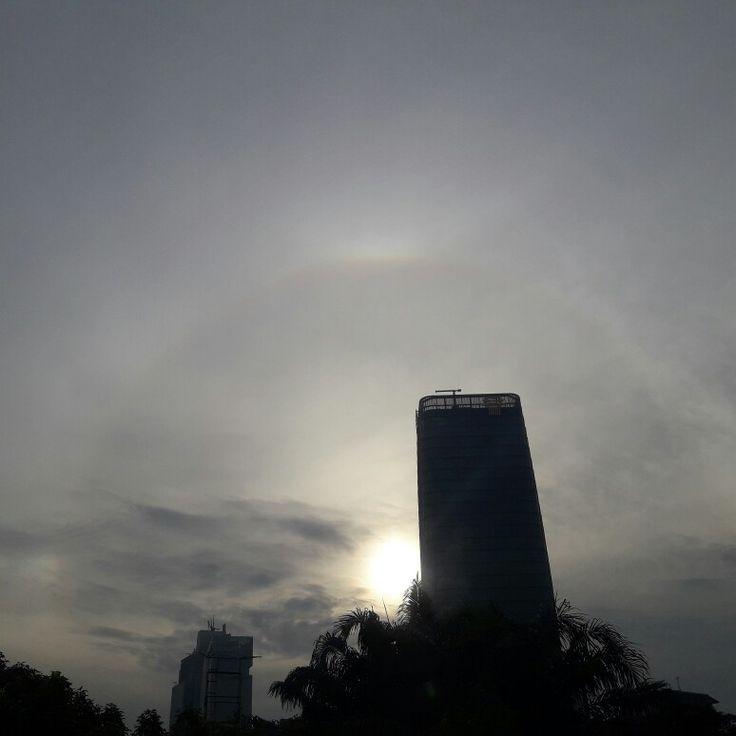 Matahari pagi.., pelangi yang memudar..  dari flyover Kuningan - Gatot Soebroto Jakarta  #jumat02juni2017