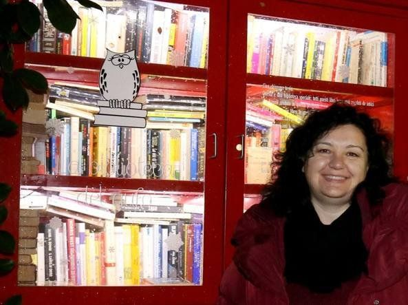 Il caso a Modena: «Mio marito diceva che li avrebbero solo rubati». In tre anni le migliaia di regali. La regola (che non è stata presa alla lettera) era: «Prendi un libro, lascia un libro». Il figlio Federico malato di leucemia. «La malattia è in remissione»