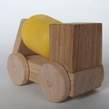 """""""Das gelbe vom Ei"""" Yolky ist ein kleiner Betonmischer aus naturbelassenem Massivholz und dem Gelben vom Überraschungsei  Yolky wird in unserer Werkstatt sorgfälltig von Hand hergestellt. Yolky besteht aus recycleten Kinder-Überrachungseiern und kleinen Resthölzern (die bei der Produktion von grösseren Möbeln anfallen und nicht mehr verwendet werden können) hergestellt."""