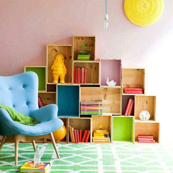 Estanterías infantiles creadas con palets y cajas de madera Check more at http://decoracionbebes.com/estanterias-infantiles-creadas-con-palets-y-cajas-de-madera/