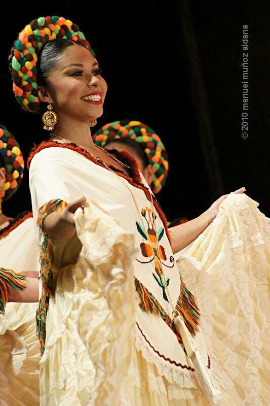 Hermoso traje de las mujeres huastecas .La region huasteca se estiende por los estados de Veracruz , San Luis Potosi , Hidalgo y Tamaulipas.