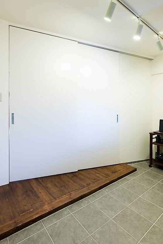 土間と部屋の間仕切り(代々木のDINKSの住まい)- 玄関事例|SUVACO(スバコ)