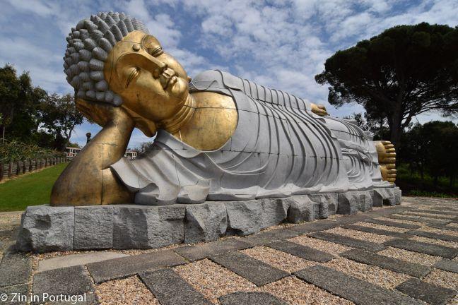 Buddha en een oosters landschap in Bombarral. Lees het op https://zininportugal.wordpress.com/2015/05/08/een-wonderlijke-beeldentuin-in-bombarral/