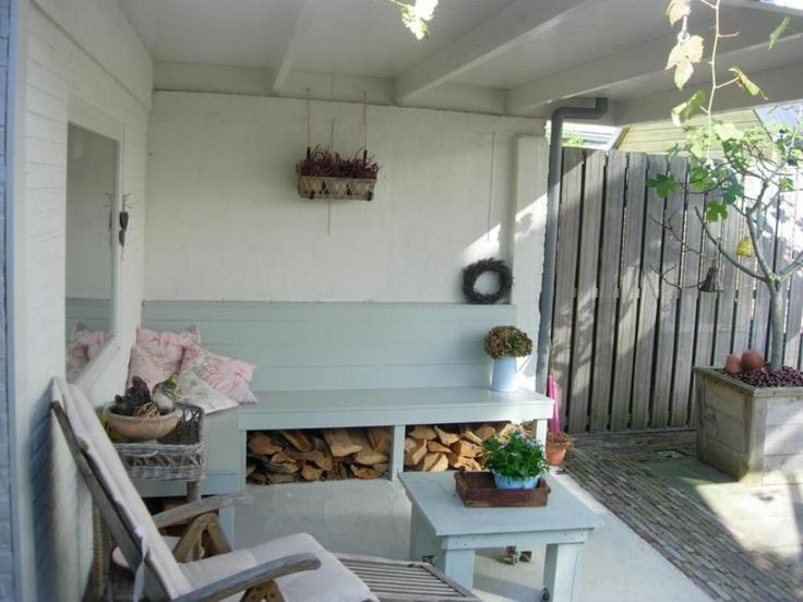 overkapping - overdekt terras. Geschilderd en huiselijk gemaakt