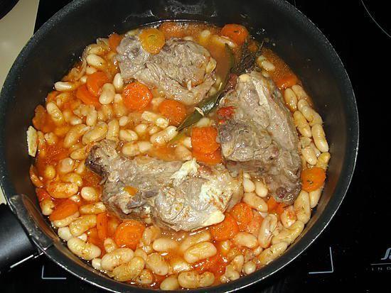La meilleure recette de Collier d'agneau aux mogettes de Vendée! L'essayer, c'est l'adopter! 5.0/5 (7 votes), 8 Commentaires. Ingrédients: - 600 g de collier d'agneau - 150 g de mogettes de Vendée - 1 carotte - 30 cl de bouillon de boeuf - 2 bonnes c à s de sauce tomate (maison) - 1/2 oignon - 2 ails - 1 bouquet garni - 1 petite branche de thym - huile d'olive - poivre
