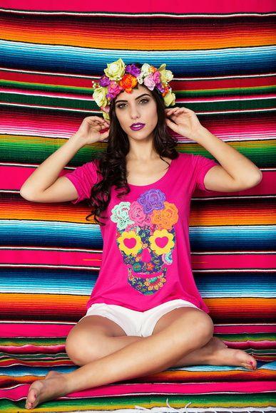 Temos este produtos nos tamanhos P/M/G/GG.    Blusa em manga curta, com aplicação de caveira mexicana, em tecido de 96% viscose e 5% elastano, na cor Pink.  Aplicação feita em tecidos de tricoline, com flores de algodão.  A caveira mexicana simboliza a vida e afasta os maus espíritos. Os povos pré colombianos guardavam o crânio de seus ancestrais e o consideravam um troféu, uma lembrança boa do falecido, visto que a cabeça para eles, era a parte mais importante do corpo, aquela que carrega…