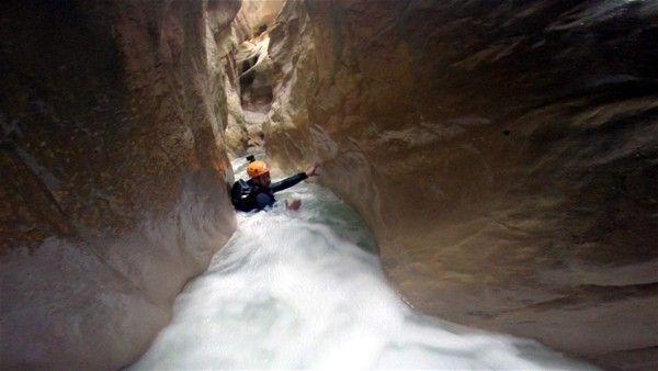3 kilometrelik kanyona halatlar yardımı ile inen dağcılar, milyonlarca yılda oluşan Harmankaya kanyonunu yer yer boylarını aşan suların içinde kat etti.
