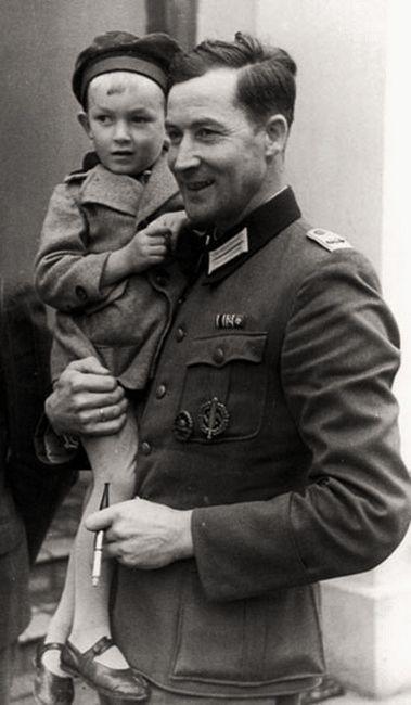 Wilhelm Hosenfeld (2 mayo 1895 a 13 agosto 1952), fue un oficial del ejército alemán Él ayudó a ocultar o rescatar a varios polacos, incluyendo Judios, en Polonia bajo ocupación nazi, y quizás es más recordado por ayudar pianista judío polaco Wladyslaw Szpilman y compositor para sobrevivir, oculto, en las ruinas de Varsovia durante los últimos meses de 1944. murió en cautiverio soviético el 13 de agosto de 1952, de una lesión posiblemente sufridos durante la tortura.