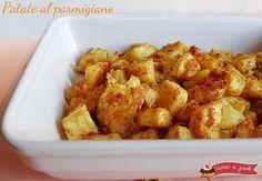 Le patate al parmigiano sono un contorno sfizioso e semplice. Patate insaporite con parmigiano, aromi e spezie e cotte in forno. Patate croccanti saporite.