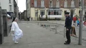 """Concours de freestyle entre une nonne et un policier La vidéo publiée sur la page """"Garda Síochána - Cork, Kerry & Limerick - Southern Region"""" d'une nonne jouant au ballon avec un policier en Irlande ... http://feedproxy.google.com/~r/itele/laune/~3/6kCmZ7PDeRw/concours-de-freestyle-entre-une-nonne-et-un-policier-176205"""