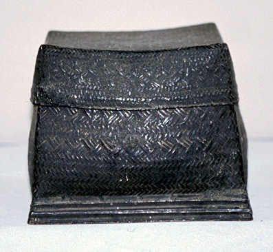 黒漆フタ付化粧箱 MY6 ミャンマー マンダレー 1996年採集 H163 L160 W190   竹を編んだカゴの上から黒漆が塗られている。内部には懸子が1つある。