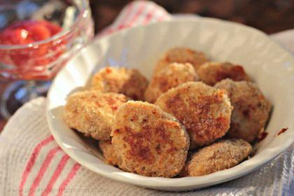 NUGGETS 2 Ingredientes  1 libra de pechuga de pollo molida (he encontrado paquetes en Target y BJ's Wholesale Club) 1/3 taza de avena 1 huevo 1/4 taza de queso parmesano (dividida en dos) Sal, pimienta, comino y ajo en polvo al gusto 3/4 taza de pan molido (me gusta usar la apanadura italiana o italian bread crumbs porque es más condimentada)