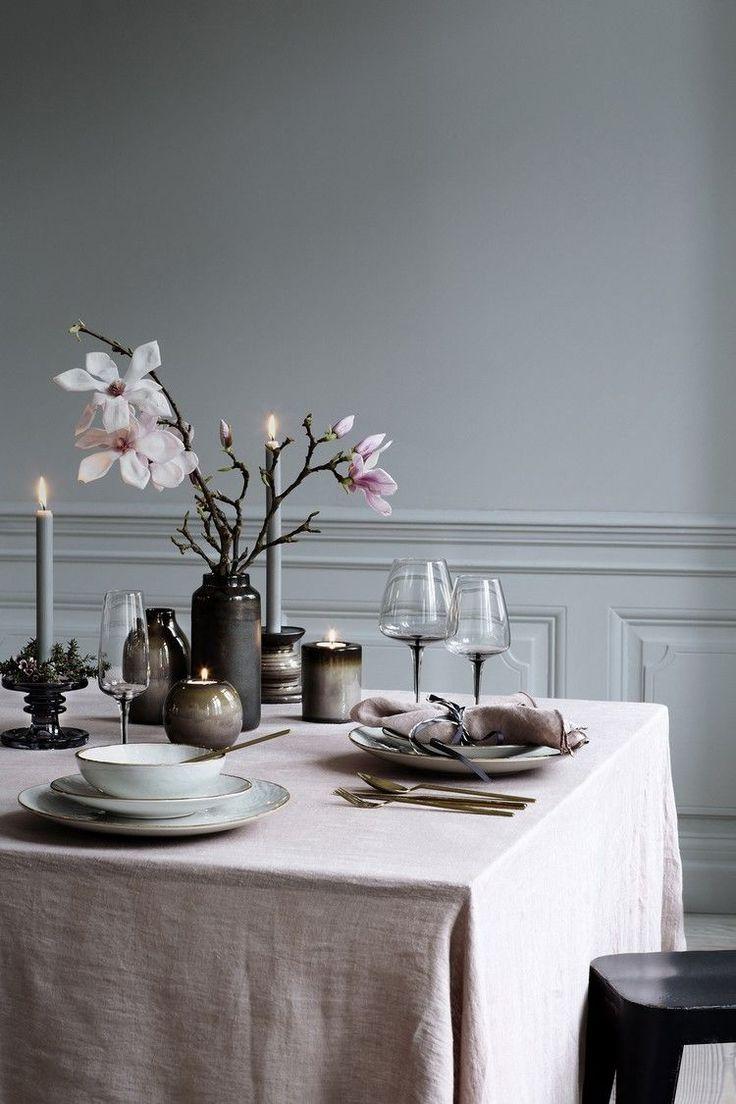 déco vintage sur la table Saint-Valentin - nappe neutre, bouquet dorchidées, porte-bougies ovales et chandelles gris clair