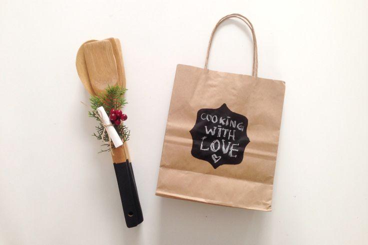 Presente de Natal customizado com amor - personalizando talheres de madeira para deixar a cozinha mais linda e charmosa.