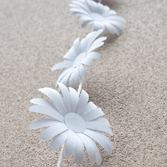 Create your own cute paper daisy chain. Free template!