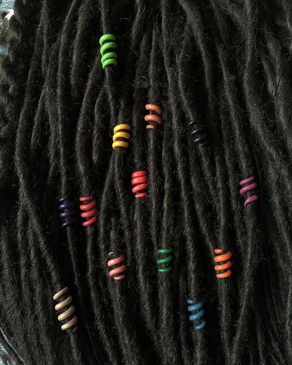 Dread kralen instellen Rainbow (13 kralen)  Deze angst kralen set die ik heb van een polymeerklei gemaakt. Ze zijn van verschillende kleuren en een regenboog met de verscheidenheid van tinten eruit. Ik maakte ze ondoorzichtig. Elk van hen is een weinig verschillende lengtes. Wanneer je ze allemaal samen op de dreadlocks, blazen ze je haar. Elke kraal heldere verzadigde kleuren. Ze maken dreadlocks levendige, interessanter.  In deze set van 13 dread kralen. U kunt hen op meerdere dreadlocks…