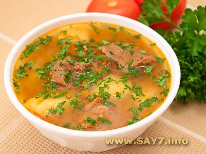 Суп «Шурпа»     700 г баранины или говядины     700 г картофеля     350 г болгарского перца     300 г помидоров     250 г моркови     250 г лука     2-3 зубчика чеснока     3 ст.л. томатной пасты     соль     перец     зелень по вкусу
