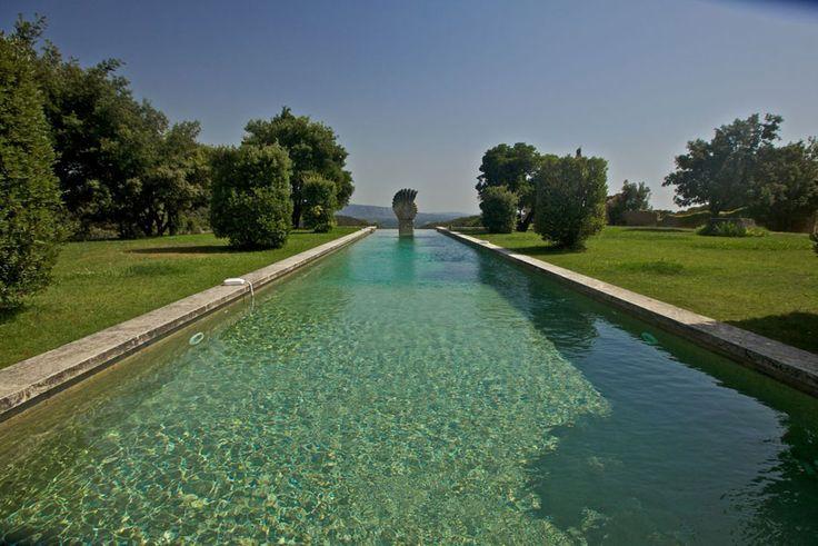 Au cœur des Monts de Vaucluse, proche de la petite Venise Provençale, des villages typiques de Gordes, Bonnieux, Ménerbes avec des vues magnifiques.