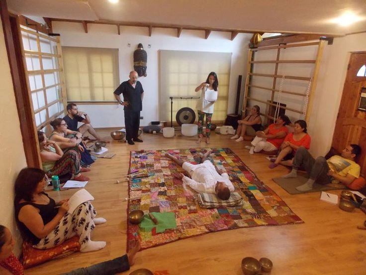 Entre vibracion y sonido, nos fuimos disolviendo en las enérgicas enseñanzas de Nadakalapa, abrimos nuestros corazones hacia la Cuencoterapia y descubrimos el inmenso poder que emanan estos milenarios objetos, los Cuencos Tibetanos. Queremos agradecer la participación de cada uno de los que participaron en este curso, su energía contribuyó a que vivieramos una jornada hermosa y conectiva. Muchas gracias a Nadakalapa por llegar a Chile y ayudar a expandiéndonos.