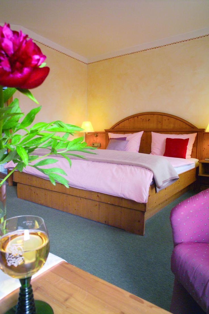 Regional, fränkisch und im Landhausstil präsentiert sich das AKZENT Hotel Gasthof Krone mit seinen 22 Doppel- und 4 Einzelzimmern. Liebevolle Details sowie die hochwertige Einrichtung sorgen für einen Aufenthalt mit Wohlfühlcharakter.