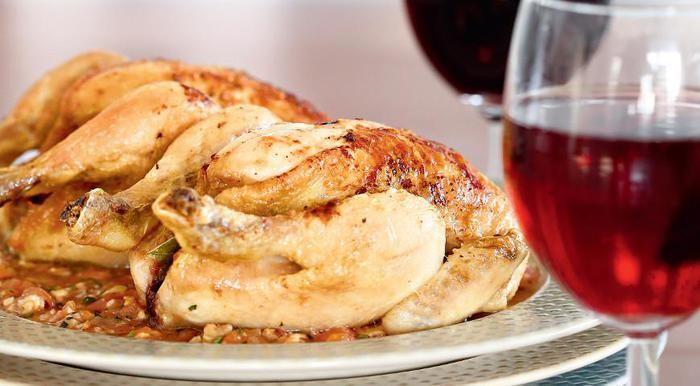 Нежное мясо молодых цыплят, пропитанное чесночным маслом, – это божественно вкусно. Особенно если птицу сопровождает пряный соус из спелых помидоров и молодых орехов с кинзой и кориандром – все впо…