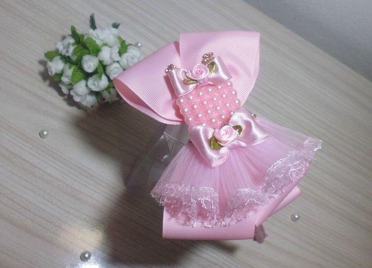 tiara com laço tiara de metal encapada com detalhe de pérolas e com vestidinho com strass e perolas