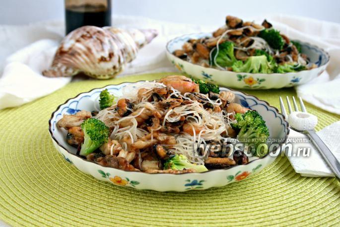 Фото Морской коктейль с рисовой лапшой и брокколи